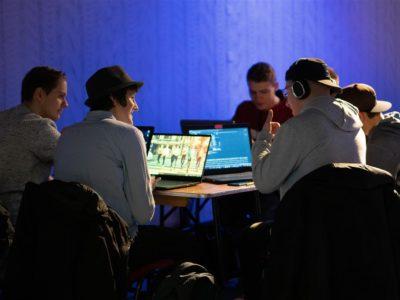 001 Studenten brainstormen over technisch vraagstuk (klein)